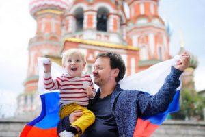 Отец и сын с российским флагом