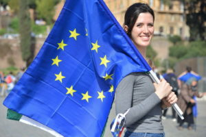 Девушка с флагом ЕС