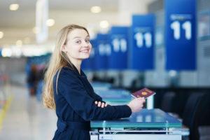 Девушка за стойкой регистрации