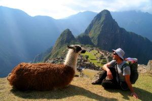 Турист на Мачу-Пикчу