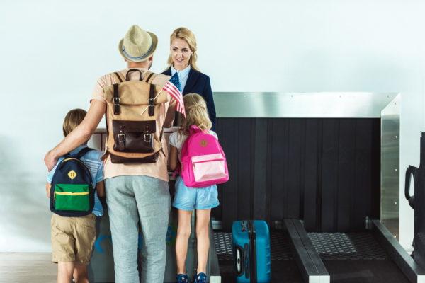 Отец с детьми в аэропорту