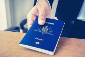Паспорт Австралии в руке