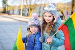 Дети с флагом Литвы