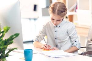 Девочка с документами