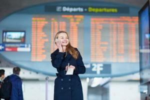 Девушка у табло в аэропорту