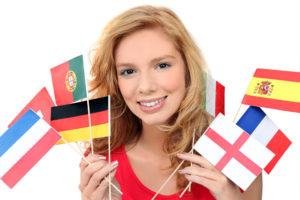 Девушка с флажками разных стран