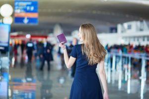 Девушка с паспортом в аэропорту