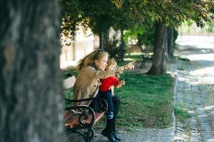 Девушка с ребенком в парке