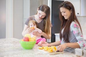 Две девушки с ребенком