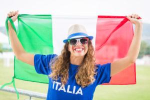 Девушка с флагом Италии