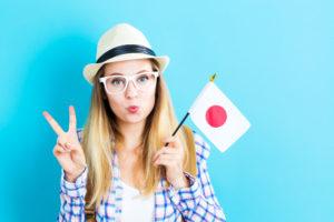 Девушка с флагом Японии