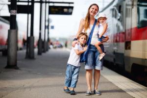 Мама с детьми на вокзале