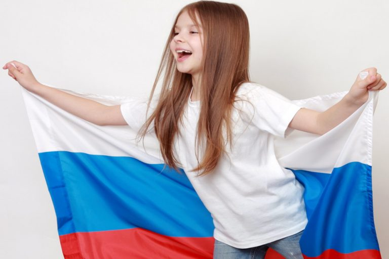 Картинки девушек с флагом россии