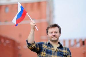 Мужчина с флагом РФ