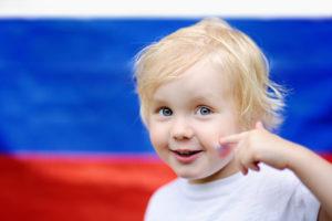 Мальчик с флагом России