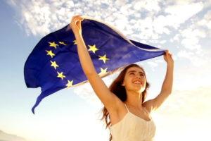 Девушка с флагом Евросоюза