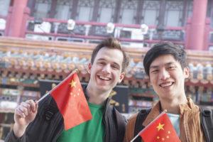 Люди с флагами Китая
