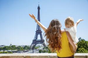 Девушка с ребенком в Париже