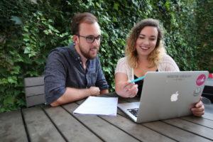 Пара за ноутбуком