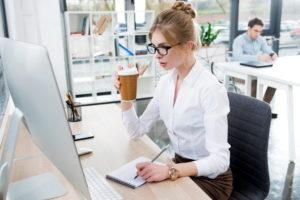 девушка в офисе за компьютером