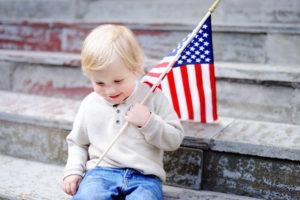 Ребенок с флагом США